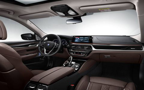 The all-new BMW 6 Series Gran Turismo comes standard with Dakota leather upholstery, which can be specified in a range of different colors. The optional Nappa leather with decorative quilting pattern is available in three colors – ivory white, black and mocha.