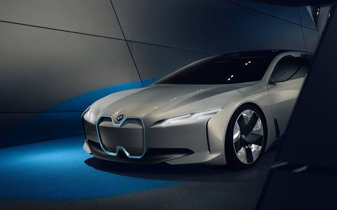 The outline of the BMW i Vision Dynamics represents a further evolution of the classical BMW proportions; a long wheelbase, flowing roofline and short overhangs.