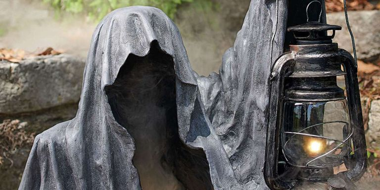 10 scary outdoor halloween decorations yard decorations. Black Bedroom Furniture Sets. Home Design Ideas