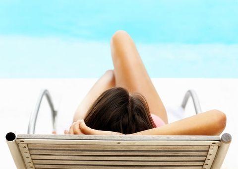 Comfort, Sitting, Human leg, Elbow, Leisure, Summer, Tan, Sunlight, Knee, Aqua,