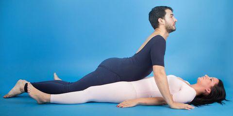 Leg, Blue, Human leg, Shoulder, Elbow, Joint, Sportswear, Wrist, Sitting, Barefoot,