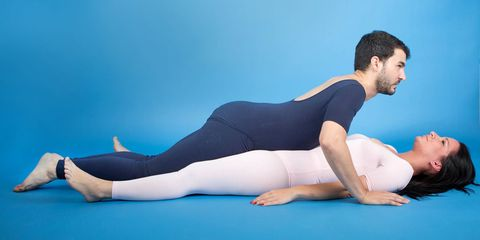 Arm, Human leg, Elbow, Shoulder, Wrist, Barefoot, Joint, Sportswear, Comfort, Knee,