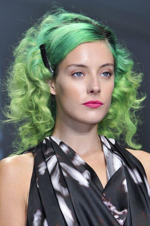 Chloe Norgaard, acconciature di primavera con i capelli verdi