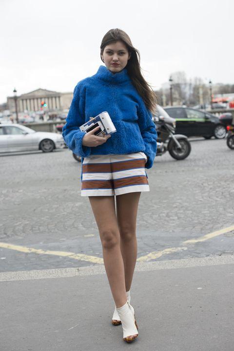 Sleeve, Human body, Human leg, Shoulder, Textile, Joint, Outerwear, Street fashion, Bag, Knee,