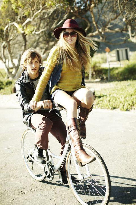 Clothing, Eyewear, Glasses, Vision care, Leg, Bicycle wheel rim, Bicycle tire, Shoe, Sunglasses, Hat,
