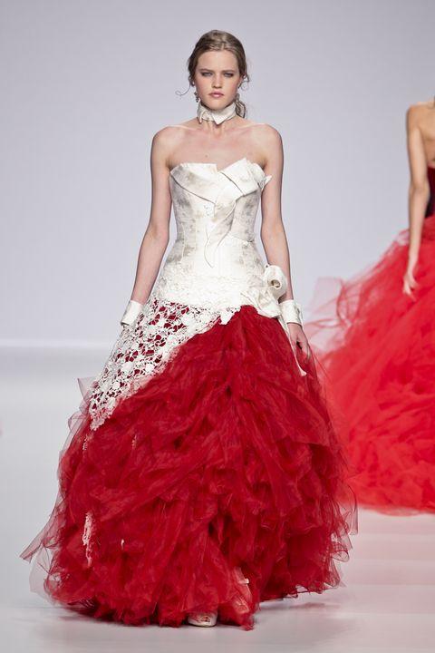 sale retailer 9205a 039a2 L'abito da sposa rosso passione accende la primavera 2014
