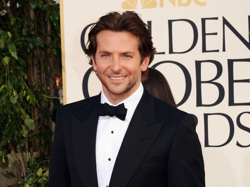 Bradley Cooper festeggia con fidanzata e famiglia