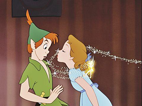 Lui è un eterno ragazzino come <strong>Peter Pan</strong>: giocherellone, sa sdrammatizzare qualsiasi situazione e prende la vita con leggerezza. Ma quando c'è da fare sul serio queste sue qualità diventano difetti ingestibili: sfuggente,&nbsp;infantile, immaturo. Di fronte alle difficoltà scappa a gambe levate. Non sei sicura di poter contare su di lui al 100%. Tu in questa coppia puoi decidere se essere&nbsp;<strong>Wendy</strong> e avere l'arduo compito di riportarlo alla realtà (tanti auguri!),&nbsp;o la sua alleata <strong>Campanellino</strong>, una compagna di giochi di cui però lui non si innamorerà mai.