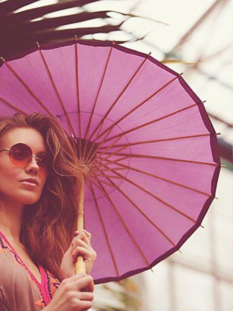 """<strong>Un ombrello di carta di riso</strong> con manico in bambù ti porta subito in Cina e&nbsp;colora la stanza: scegli l'ingresso. Ombrello di carta, <a href=""""http://www.freepeople.com""""><strong>Free People </strong></a>(€ 25 c.a)"""