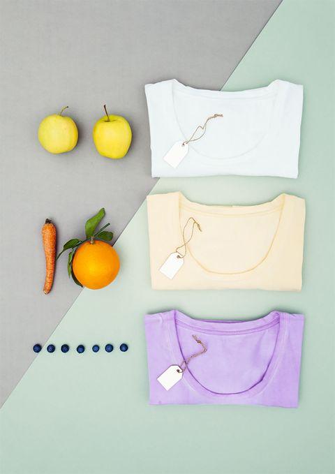 &nbsp;Capsule di t-shirt in <strong>jersey organico </strong>di cotone stretch dove niente è lasciato al caso, persino il cartellino è in carta di agrumi. I colori provengono dalle tinte naturali della frutta e mantengono&nbsp;le nuances dei frutti di bosco, della mela verde, del mirtillo, dell'arancia.
