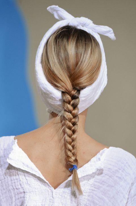 """Il foulard intorno alla testa come una fascia mette in primo piano la treccia. <strong>Guarda anche <a href=""""/capelli/acconciature/news/g109450/fare-la-treccia-18-modi/"""">18 modi di fare la treccia che ti piaceranno</a></strong>"""