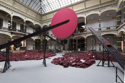 Stai organizzando un weekend a Parigi? Non perderti la mostra di <strong>Anish Kapoor </strong>nei giardini della Reggia di Versailles, decisamente l'evento più cool dell'estate. Famoso per le sue gigantesche sculture colorate, lo scultore inglese di origine indiana è tra gli artisti più famosi del mondo. Hai tempo per visitare la mostra fino al 1 novembre 2015.