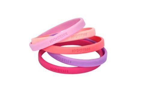 Serie di bracciali in gomma colorati con logo