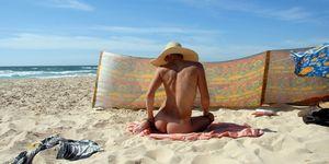 Frequentare una spiaggia naturista fa bene al corpo e allo spirito e manda via lo stress e le inibizioni
