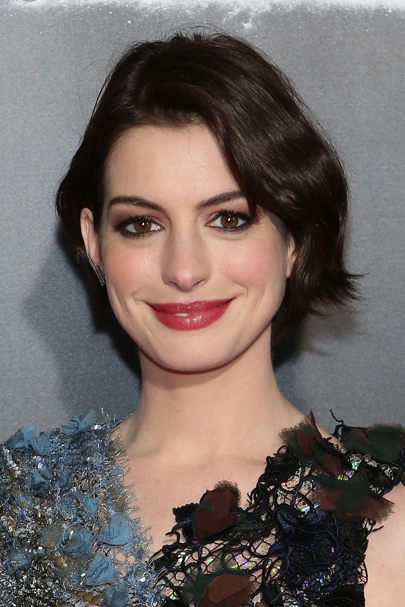 Far ricrescere i capelli  16 ispirazioni da Anne Hathaway per tutte le fasi dc8167005838