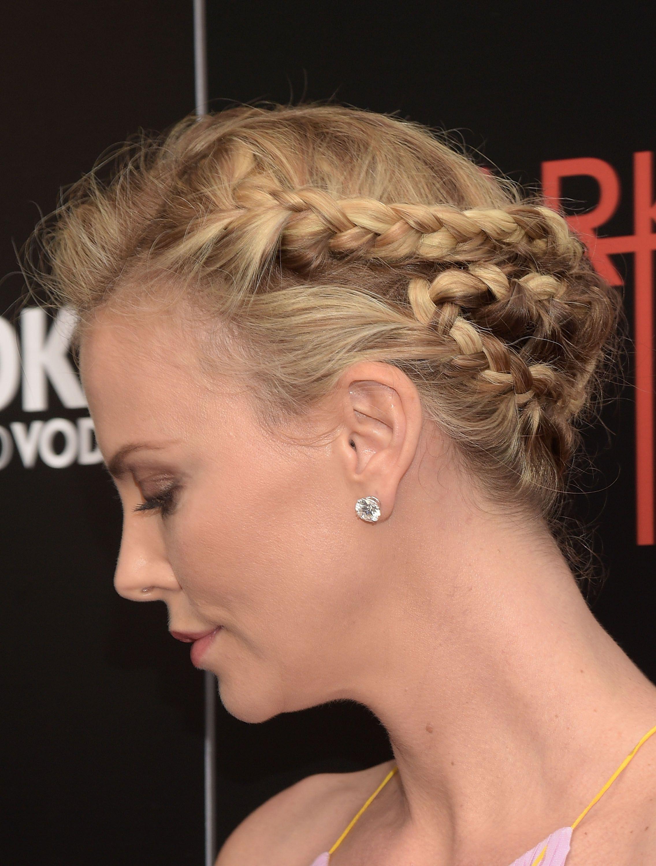 Charlize theron con i capelli corti
