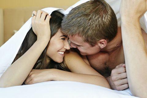 Giovane coppia sotto le lenzuola