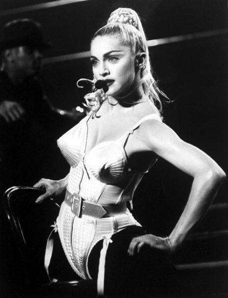 Quello di <strong>Madonna</strong> firmato Jean-Paul Gaultier è stato l'intimo più chiaccherato della storia della musica. Se anche tu sei una fan dell'intimo a vista puoi sbizzarrirti tra culotte a vita alta, corpetti e reggiseni a punta da vera diva.<strong>Ispirazione: </strong>Anni 20<strong>Danza:</strong> Vogueing