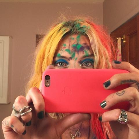 """Made in California, <a target=""""_blank"""" href=""""https://instagram.com/chloenorgaard/"""">Chloe Norgaard</a> sul pallottoliere conta 179 mila seguaci e, nonostante l'infanzia sia passata da un pezzo, vanta una passione per i colori incontenibile. Anzi, pare che come una fanciullina non riesca proprio a starne lontana e ci sguazzi allegramente dentro. I suoi capelli arcobaleno ne sono la migliore testimonianza.  <strong>Perché seguirla: </strong>Tra un party e l'altro, Chloe può darti qualche idea per dare una svolta alla tua acconciatura. E, poi, guardandola penserai che nessun colpo di testa è davvero improbabile."""