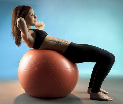 Si tratta di una palla gigante in Pvc, morbida e flessibile. Se vuoi investire su un solo <strong>attrezzo per gli addominali</strong> e ti piace allenarti a casa devi averla assolutamente. Gli esercizi che puoi fare con questo <strong>attrezzo per gli addominali</strong> ti permettono di tonificare e scolpire gli addominali, ma anche di migliorare l'equilibrio e la postura.  Invece del tappetino, prova a fare i classici crunch con la schiena appoggiata sulla palla. All'inizio ti sentirai instabile e dovrai cercare l'equilibrio, ma il bello è proprio lì: gli addominali in questo modo sono ancora più sollecitati.