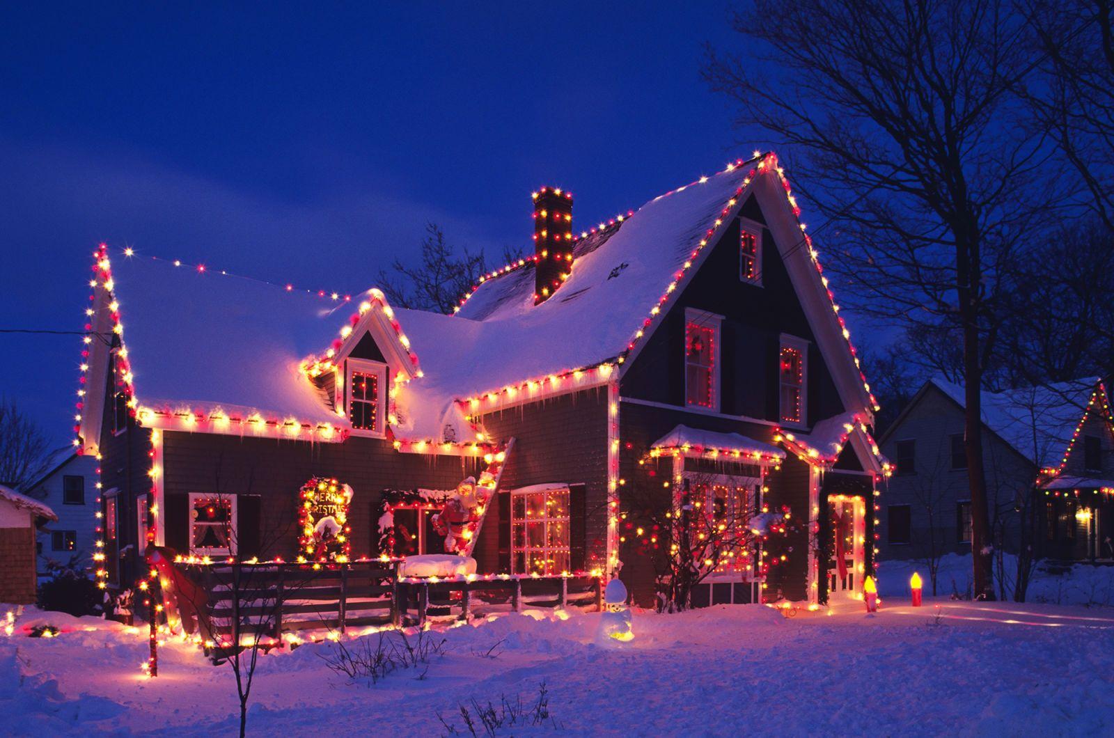 Vista di notte della casa con illuminazione nella parte anteriore