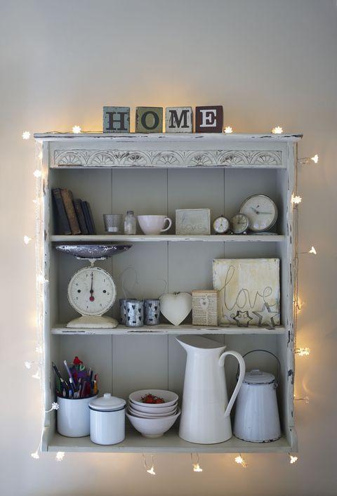 Crea una cornice luminosa intorno alle stoviglie in cucina, così piatti, bicchieri e attrezzi avranno uno sprint in più. Vuoi mettere cucinare con la luce delle stelle?