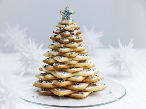 <strong>Una torre di biscotti: </strong>usa gli stampini di grandezze crescenti per tagliarne almeno 20 e una volta sfornati e raffreddati, fissali uno all'altro con della glassa. Decora a piacere