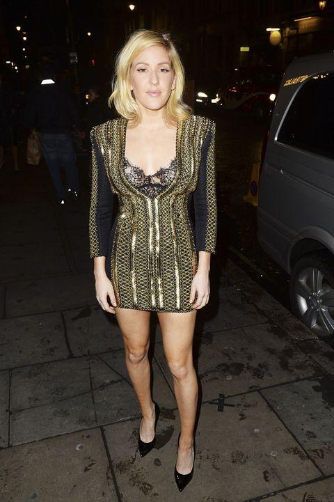 Ellie Goulding sfodera gambe da urlo ma esalta anche il décolleté: con la scollatura profonda e ampia dell'abito, <strong>abbina un reggiseno in pizzo nero a vista</strong>