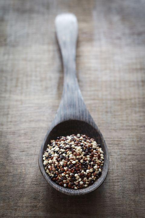 """<p>La quinoa è universalmente considerata un superfood perché è una fonte di proteine e i fan della paleo dieta la consumano tutti i giorni, senza sapere che <a href=""""http://ultimatepaleoguide.com/is-quinoa-paleo-a-deep-dive/"""" target=""""_blank"""">non è affatto paleo</a>! E devi sapere che contiene la <strong>saponina, </strong>una sostanza che può danneggiare le mucose dello stomaco.</p>"""