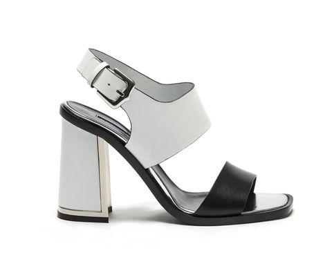 <p>Sandalo bicolor con tacco svasato e inserto in metallo </p>