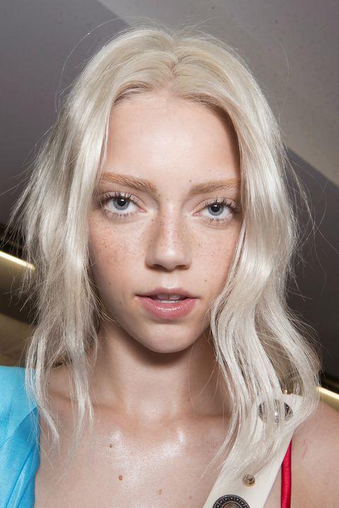 tonalità capelli biondo platino