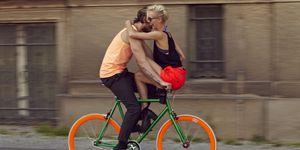Giovane coppia innamorata in bici