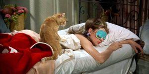 Audrey Hepburn dorme in una scena di Colazione da Tiffany