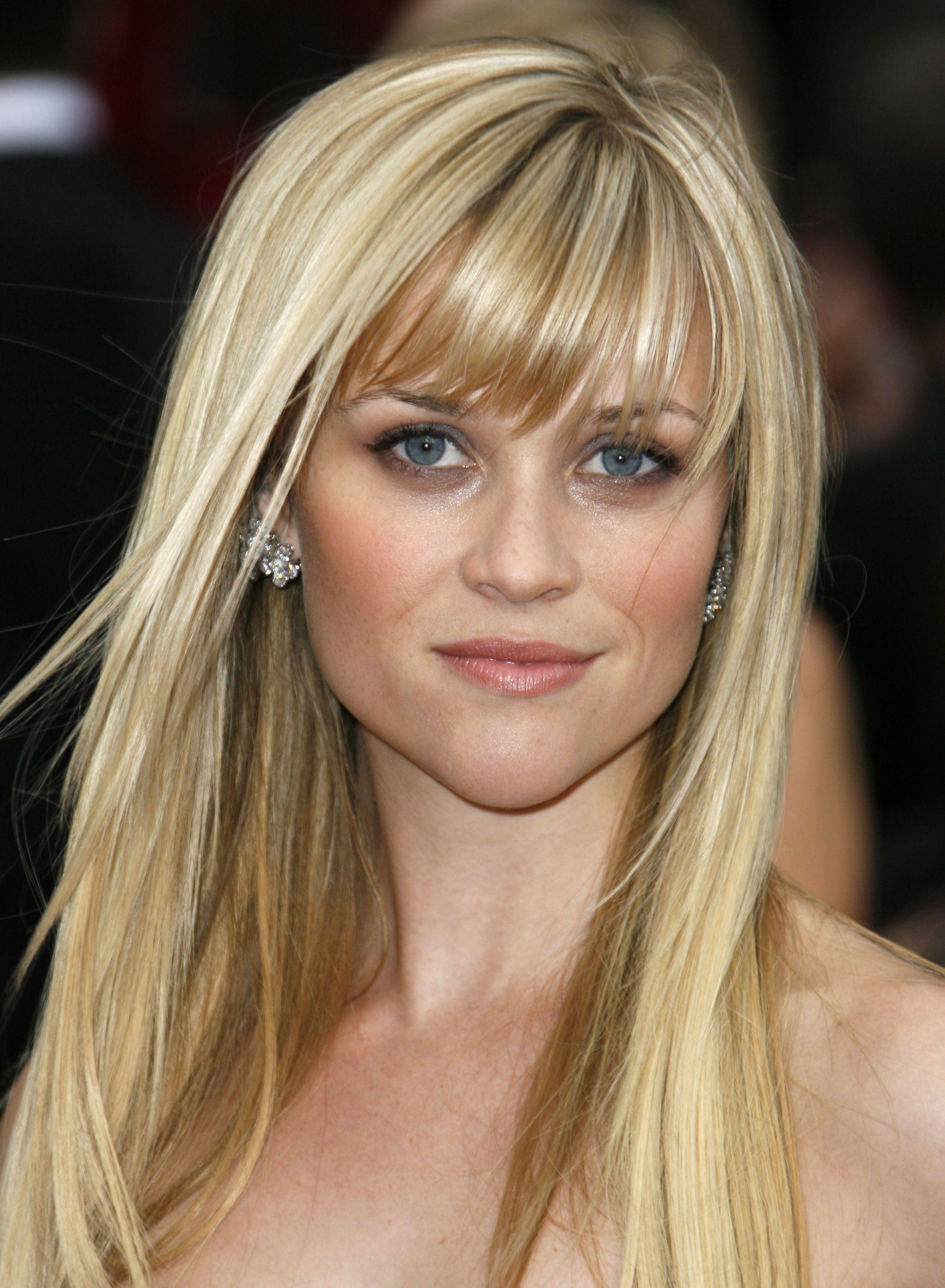 Reese Witherspoon con i capelli lunghi e una frangia quasi laterale