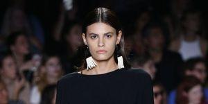 modella Christian Siriano new york orecchino