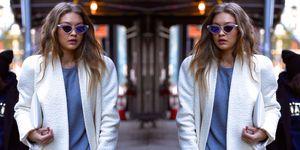Gigi Hadid cammina per le strade di New York con un look favoloso: il maxi cappotto e la tuta da ginnastica, è il nuovo minimal sport-chic