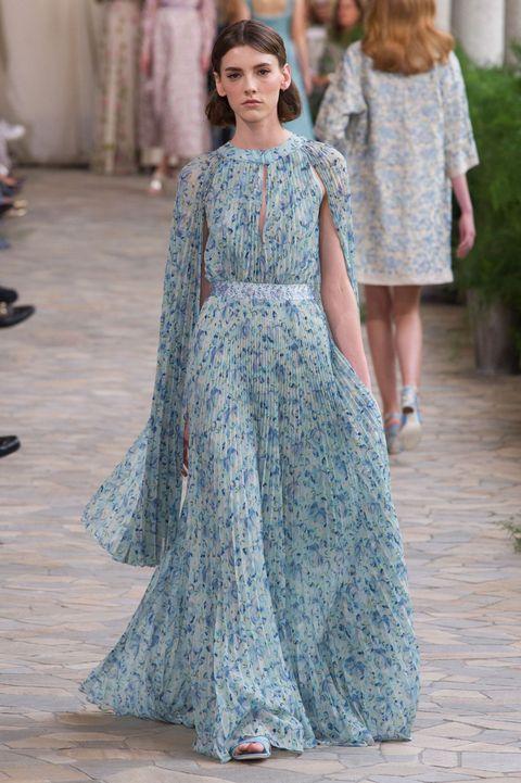 44d053a93058e Guarda i vestiti lunghi e gli abiti da sera eleganti di tendenza moda per  la primavera
