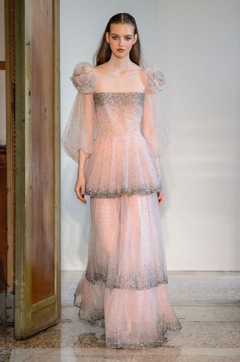 Guarda i vestiti lunghi e gli abiti da sera eleganti di tendenza moda per  la primavera d6a86be12fe