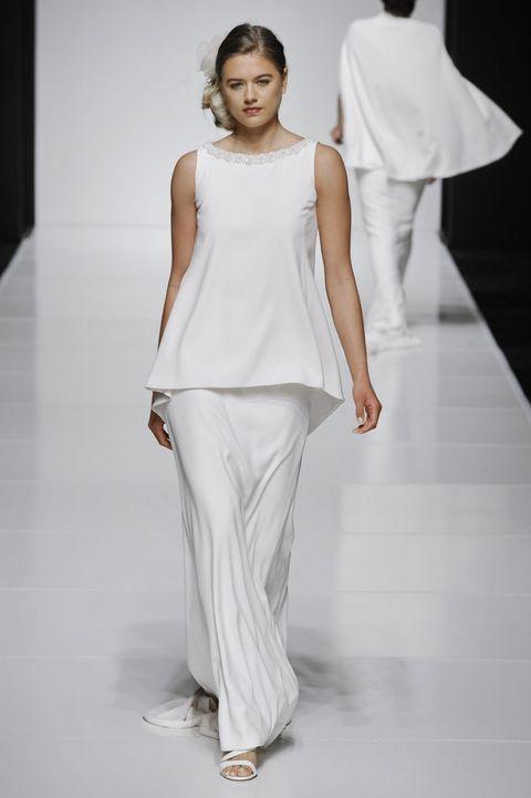 8a3e4c7ba159  p Ecco un abito da sposa più semplice composto da tunica e gonna lunga
