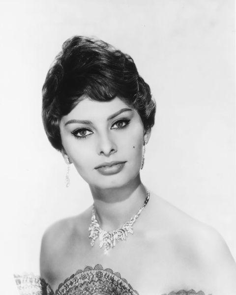 """<p><strong data-redactor-tag=""""strong"""" data-verified=""""redactor""""></strong>Questa carrellata di dive non poteva cominciare diversamente: <strong data-redactor-tag=""""strong"""" data-verified=""""redactor"""">Sophia Loren</strong> è l'emblema delle attrici italiane brave e di successo. È forse l'unica italiana tra le attrici degli anni '50 ad essere considerata ancora oggi una stella brillante nel cielo di Hollywood. D'altronde ha vinto 2 Oscar, uno come protagonista del film <em data-redactor-tag=""""em"""" data-verified=""""redactor"""">La ciociara</em> nel 1962 e il secondo alla carriera.</p>"""