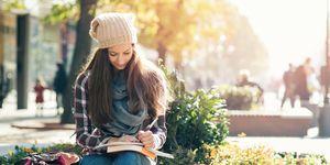 Studentessa universitaria che studia nel campus