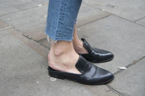 I sabot bassi o mules, come li chiamano all'estero, sono scarpe basse a forma di pantofolina aperta sul retro con cui si cammina benissimo. E oggi sono ancora più chic perchè impreziosite da ricami e gioielli o perchè mantengono una linea super asciutta.