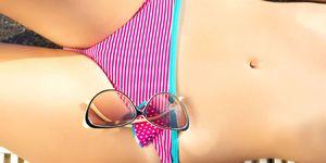 dettaglio inguine di una ragazza in costume