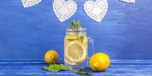 un bicchiere di acqua e limone