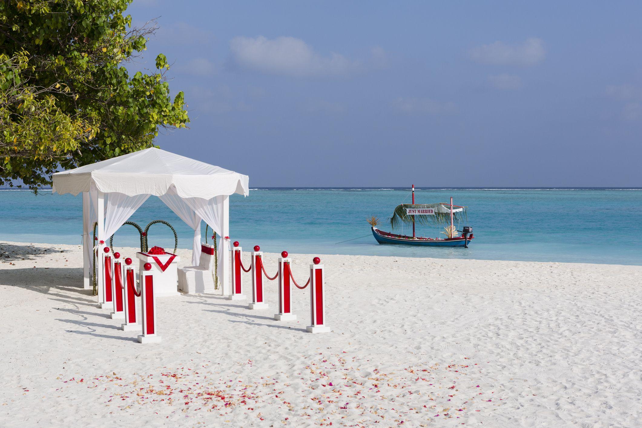 Matrimonio in spiaggia  10 idee per organizzare un evento favoloso 65b824fa832d