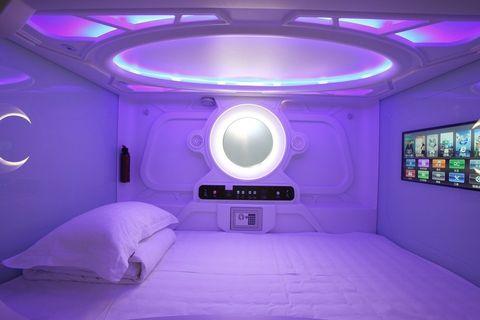 <p>Ti sembra di dormire in una capsula spaziale super tecnologica. Ogni pod ha la sua totale privacy: ti chiudu dentro, scegli un film o una serie TV dal display davanti al letto, regoli le luci per conciliare il sonno e se vuoi chiedi a uno degli inservienti robot di venire a svegliarti.&nbsp;</p>