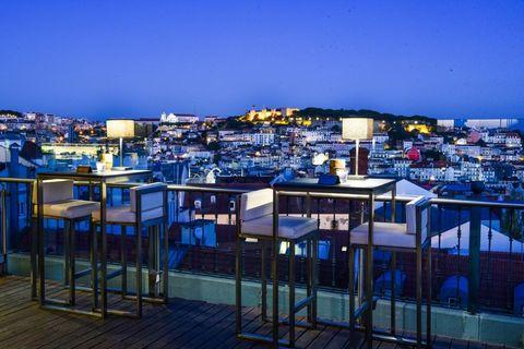 <p>Nel quartiere vivace del Chiado, questo bar super minimale ha una vista spettacolare sui tetti di Lisbona. La sua terrazza e la vetrata panoramica interna ti offrono&nbsp;una vista a 270° sulla città.</p>