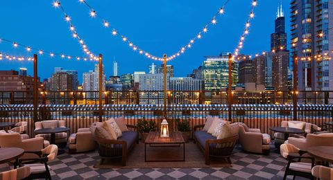 <p>Il bar sul tetto di questa vecchia fabbrica riconvertita in un boutique hotel è tra i punti panoramici più hot di Chicago. C'è anche una piscina dove fare un tuffo se ci vai di giorno. Very cool!</p>