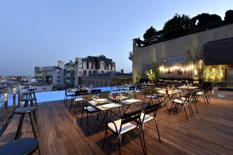 <p>All'ultimo piano dell'Hotel Grand Central si trova questo bar ristorante con piscina a sfioro, tra i più chic della città.&nbsp;</p>