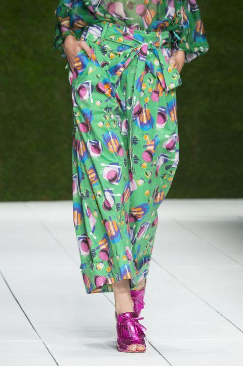 I pantaloni larghi sono chic ma comodi, guarda le tendenze moda per la primavera estate 2017 e come abbinarli per outfit glam.